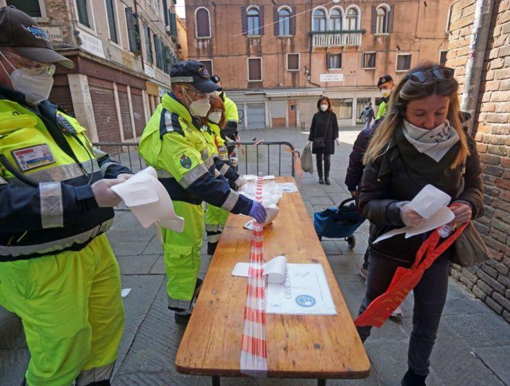 """Italia registra un descenso en el número de fallecidos, con 681 en las últimas 24 horas, mientras las autoridades advierten de que habrá que """"convivir con el virus hasta encontrar la vacuna"""""""