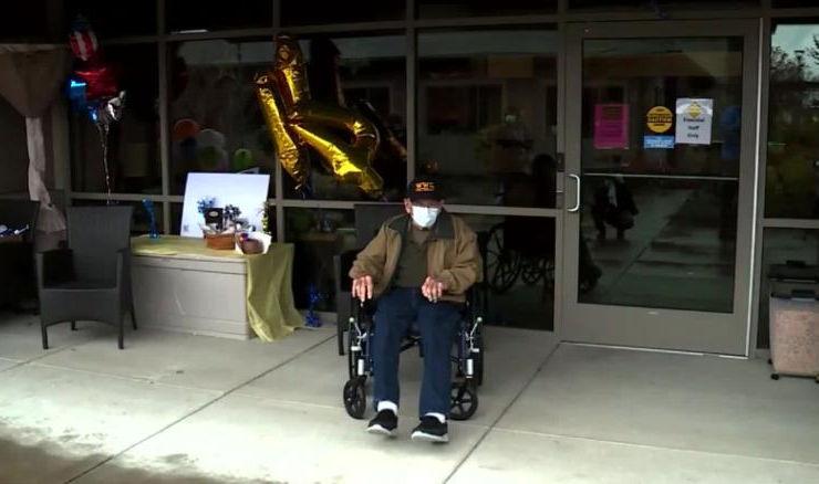 Un veterano de la Segunda Guerra Mundial celebra en la misma semana que venció al covid-19 y cumpleaños 104