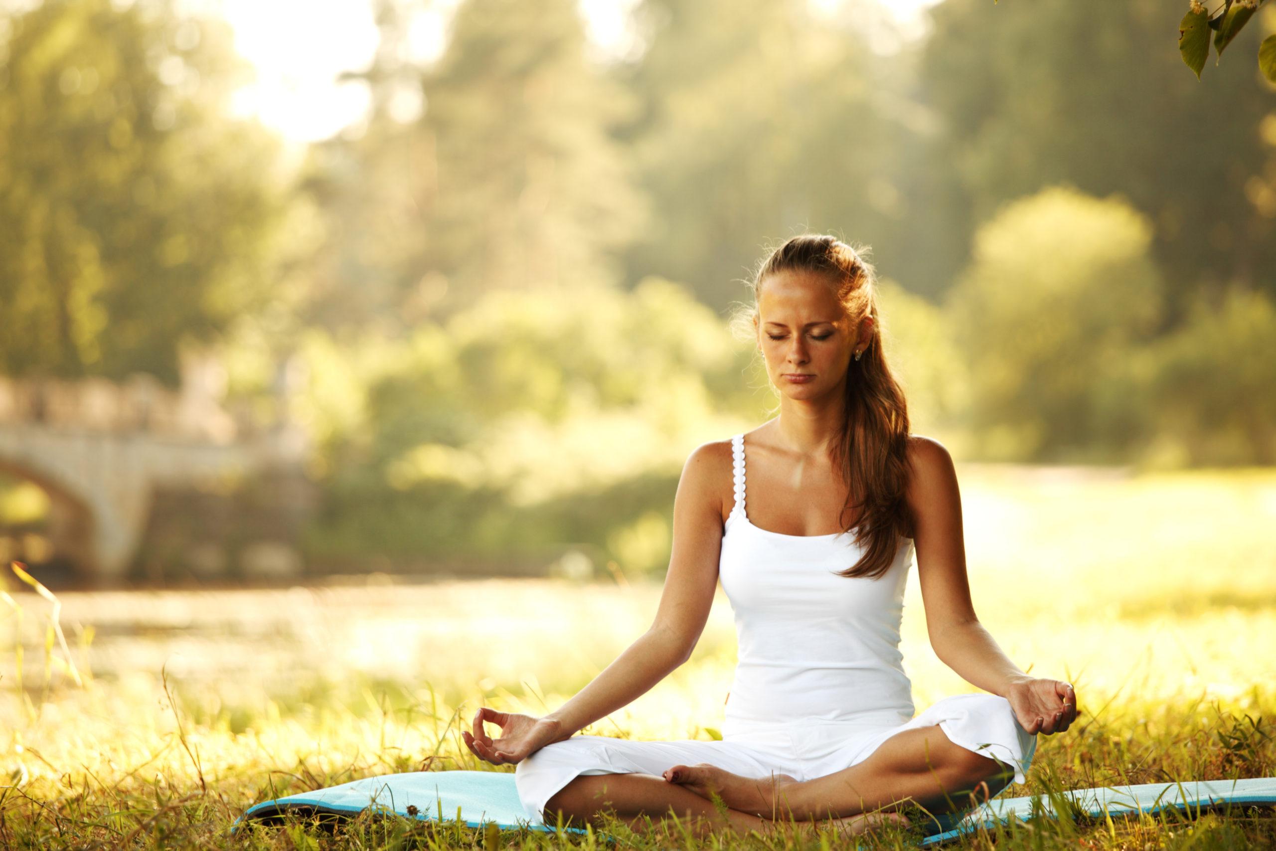 meditacion en el campo scaled - Meditación como vía de autoconocimiento y transformación - Natalia Galván