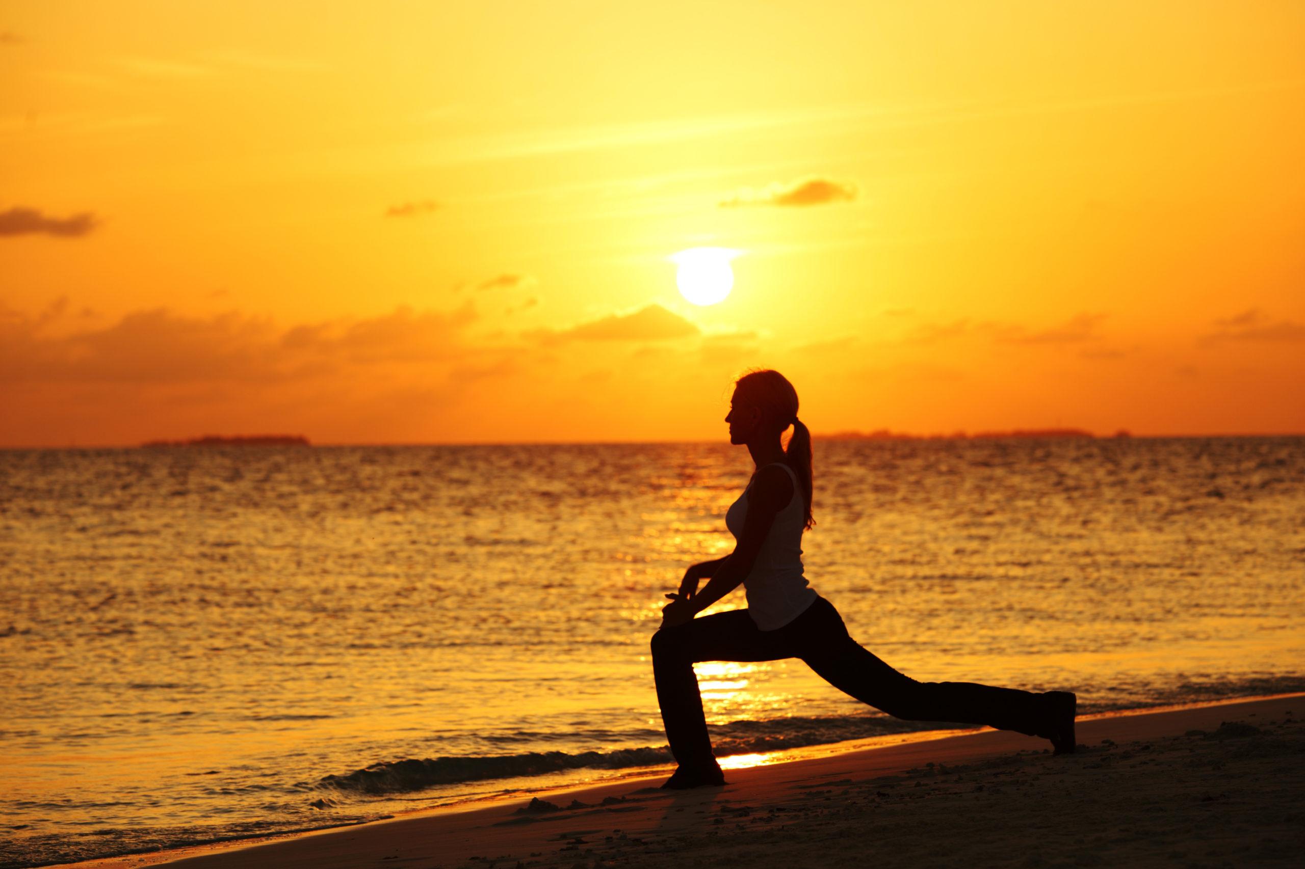 meditacion en la playa scaled - Meditación como vía de autoconocimiento y transformación - Natalia Galván